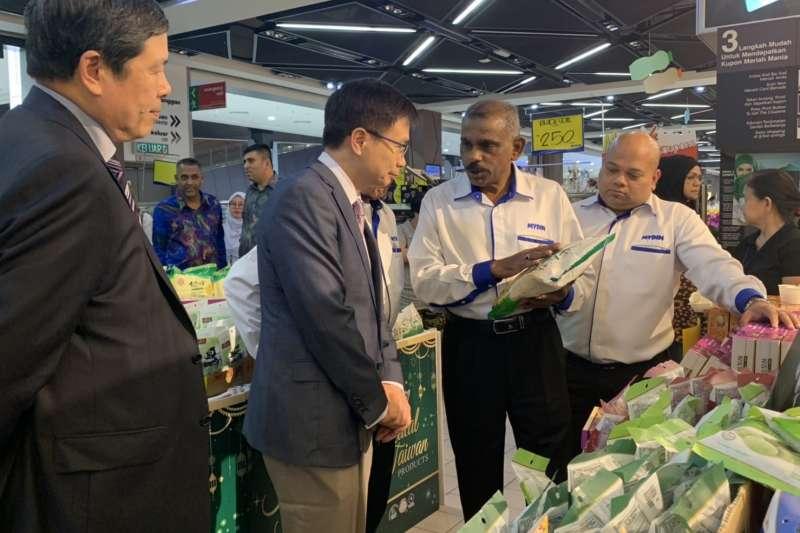20190712-貿協董事長黃志芳參訪馬來西亞清真賣場。(尹俞歡攝)