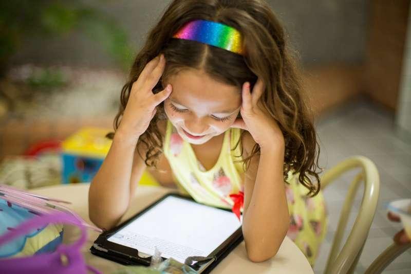父母每天3C形影不離,就是不斷告訴孩子:3C太棒了!(圖/Unsplash)