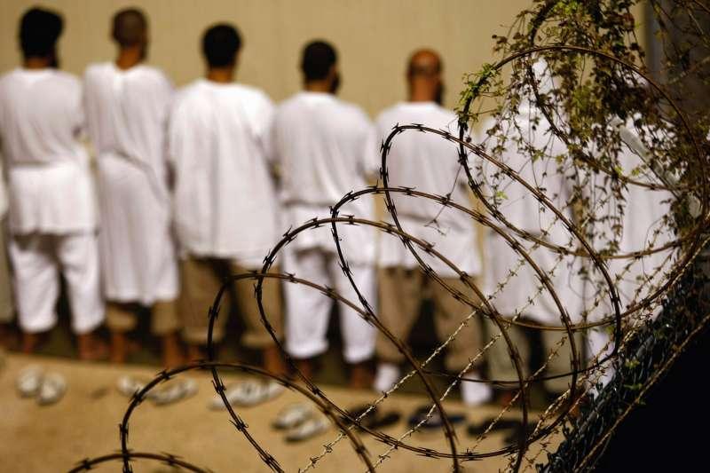 關塔那摩灣囚犯集體祈禱,圖片攝於 2009 年。(圖/*CUP提供)