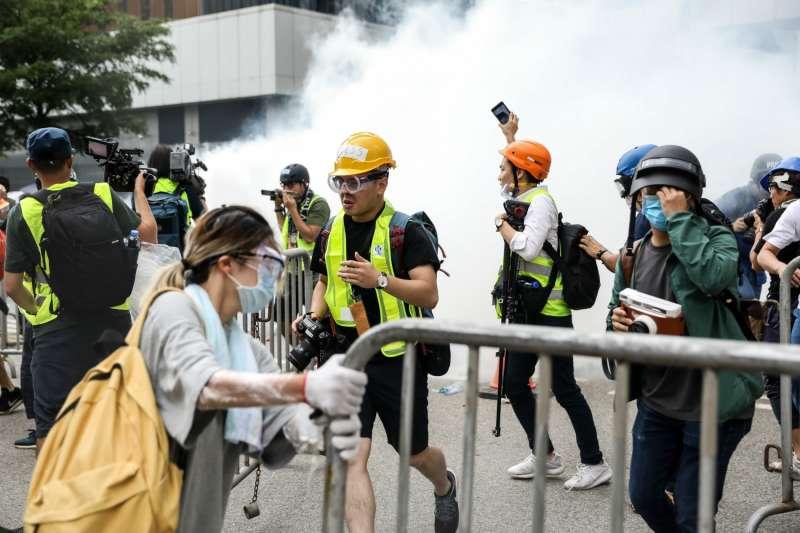 6 月 12 日,在催淚煙霧中的記者。(圖/*CUP提供)