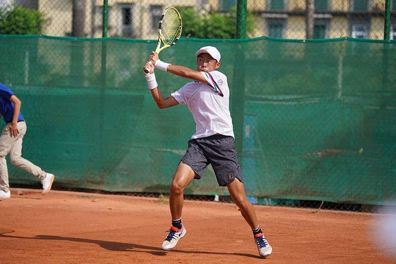我國年輕網球好手曾俊欣,在世大運男單四強橫掃對手,闖進金牌戰。(圖取自SSU大專學生運動網粉絲頁)