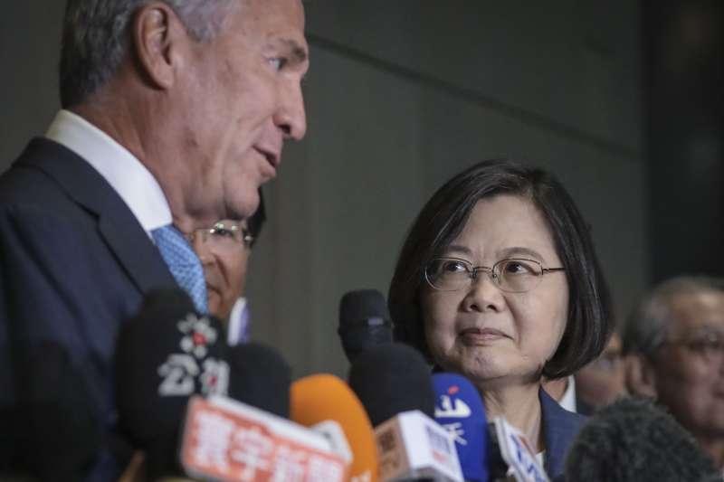 作者指出,民進黨對中國採取的策略與態度其實是美國抗中一環。圖為2019年總統蔡英文出席台美企業高峰會。(資料照,AP)