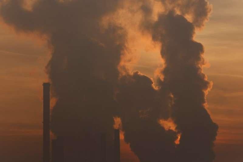 歐洲工廠排放黑煙。(AP)