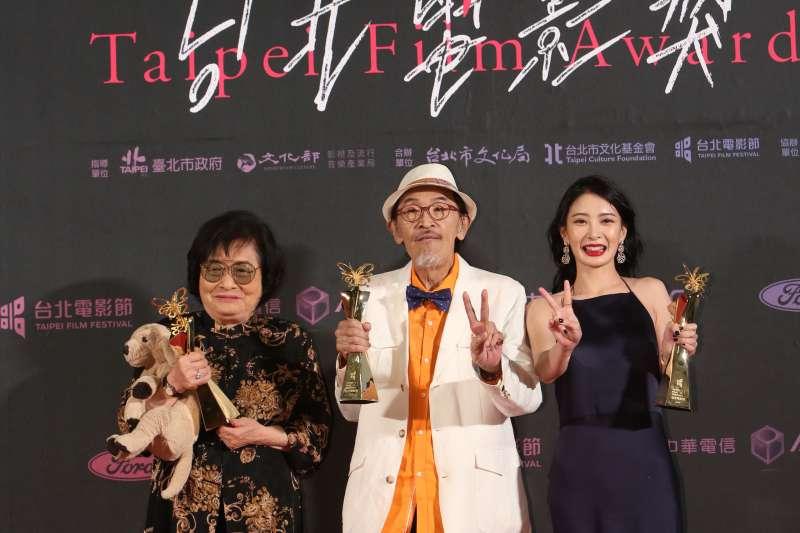 台北電影獎首度誕生雙影后,由《帶媽媽出去玩》的劉引商(左),與《野雀之詩》的李亦捷(右)共同摘下后冠,小戽斗(中)則以《老大人》榮登影帝。(台北電影節提供)