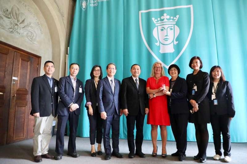 新北市長侯友宜12日率團抵達瑞典,由台灣駐瑞典代表處廖東周大使陪同,拜會首都斯德哥爾摩代理市長Ms. Lotta Edholm(右四)。(圖/新北市新聞局提供)