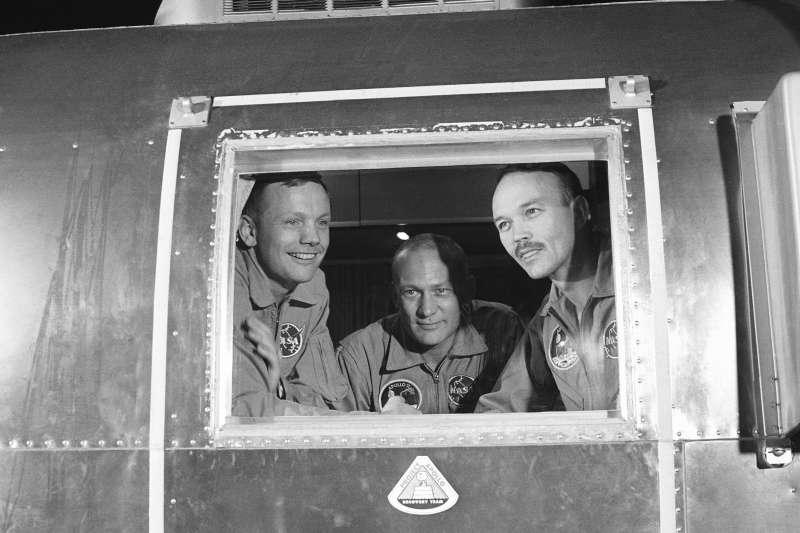 1969年7月27日,隔離中的阿波羅11號登月任務太空人,左起:阿姆斯壯(Neil Armstrong)、艾德林(Buzz Aldrin)、柯林斯(Mike Collins)(AP)