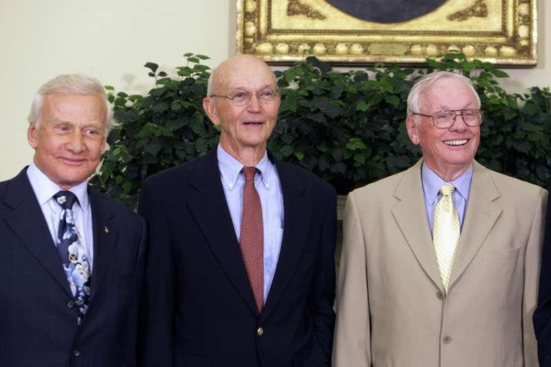 2009年7月20日,阿波羅11號登月任務太空人,左起:艾德林(Buzz Aldrin)、柯林斯(Mike Collins)、阿姆斯壯(Neil Armstrong)(AP)