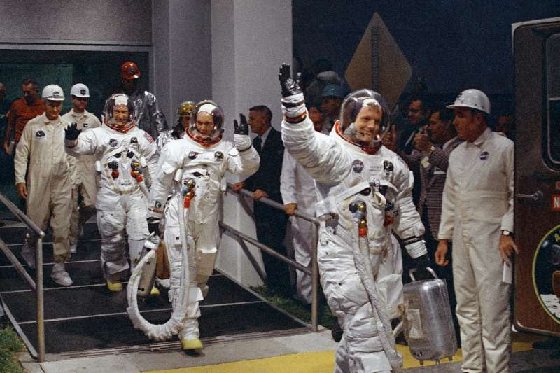 1969年7月16日,阿波羅11號登月任務3位太空人準備升空(AP)