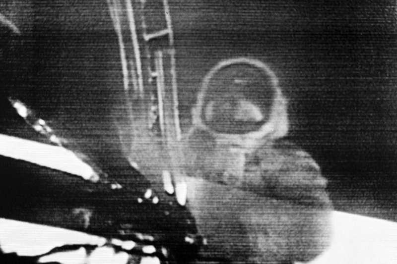 1969年7月20日,阿波羅11號登月任務,阿姆斯壯(Neil Armstrong)走下登月艙(AP)
