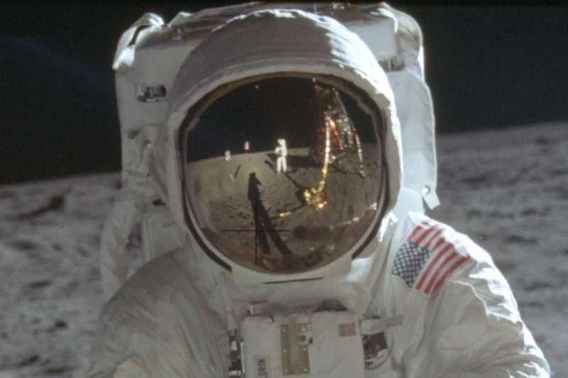1969年7月20日,阿波羅11號登月任務,艾德林(Buzz Aldrin)的面罩與阿姆斯壯(Neil Armstrong)的身影(AP)