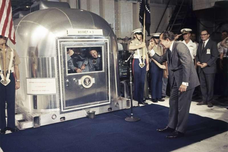 1969年7月24日,阿波羅11號登月任務,美國總統尼克森迎接3位仍在隔離中的太空人(AP)
