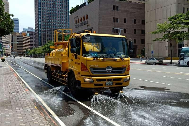 台北市連3天氣溫飆破攝氏36度,北市環保局再次發布熱浪高溫通報,並執行高溫道路灑水降溫工作。(取自台北市政府網站)