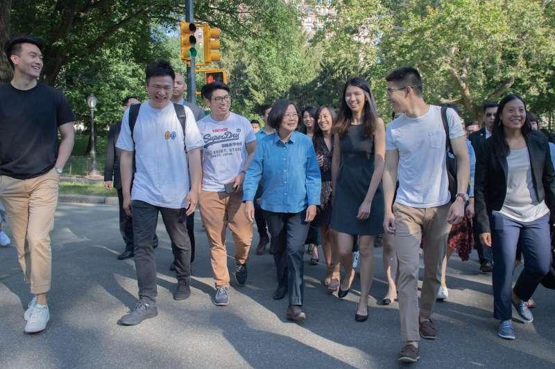 總統蔡英文出訪去程過境紐約,13日與海外的台灣青年在紐約中央公園一起快走、話家常。(取自蔡英文臉書)
