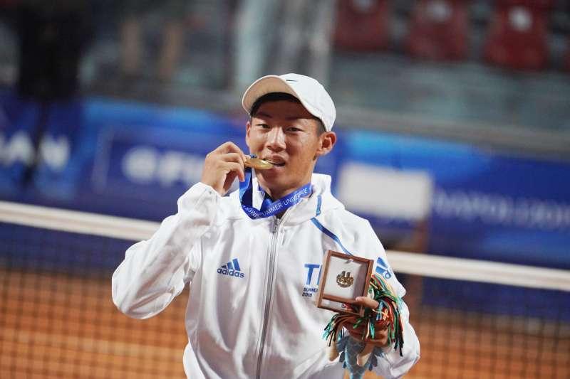 曾俊欣在世大運網球男單決賽擊敗烏茲別克好手,成功奪金。 (圖片取自SSU大專學生運動網)