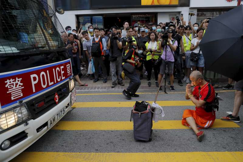 2019年7月13日,香港市民發動「光復上水」遊行,要求港府解決中國「水貨客」到香港購物「掃貨」造成的亂象。(AP)