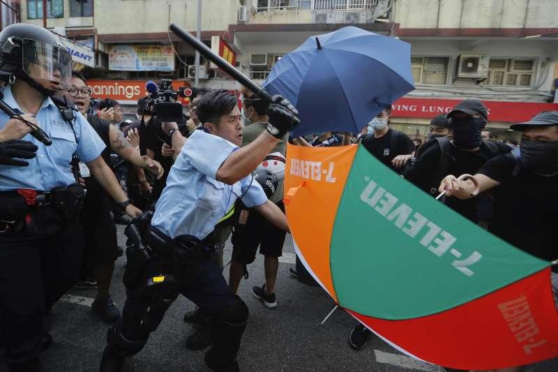 香港近來「反送中」示威頻發,警察扮演的角色也受到各方批判質疑。(AP)