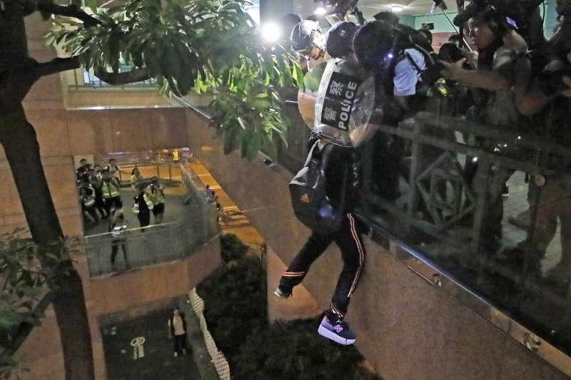 2019年7月13日,香港市民發動「光復上水」遊行,一名示威者差一點從天橋墜落。(AP)