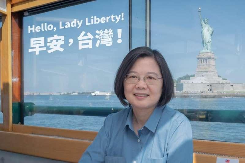 前往友邦訪問的總統蔡英文,台灣時間14日結束過境美國紐約的行程,透過臉書和LINE分享與自由女神合照。(取自蔡英文臉書)