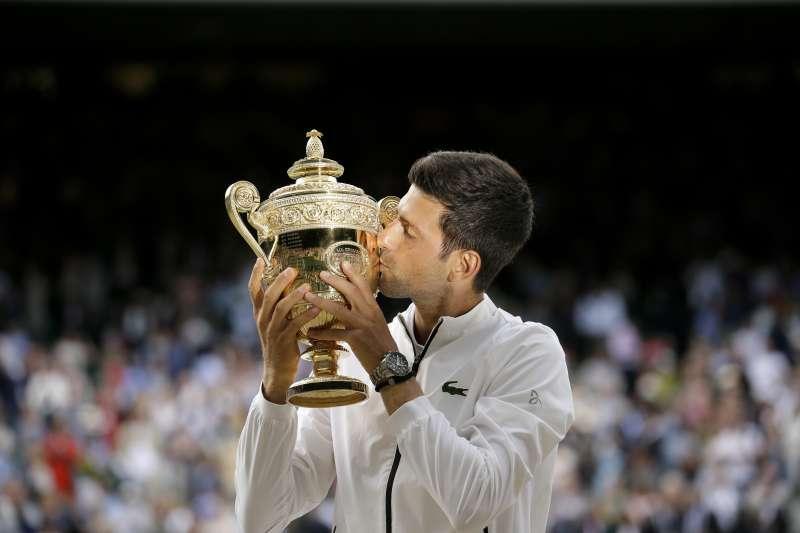 喬科維奇在溫網男單決賽與費德勒鏖戰將近5小時,成功奪下生涯第5座溫網男單冠軍。 (美聯社)