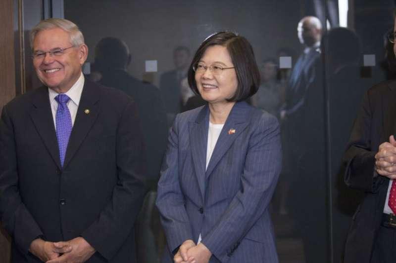 台灣總統蔡英文與美國國會議員見面,在她左手邊的是眾議院外交委員會主席恩格爾(Eliot Engel),她右手邊的是參議院外交委員會首席民主黨參議員梅南德茲(Robert Menendez)。(2019年7月12日,台灣總統府提供)