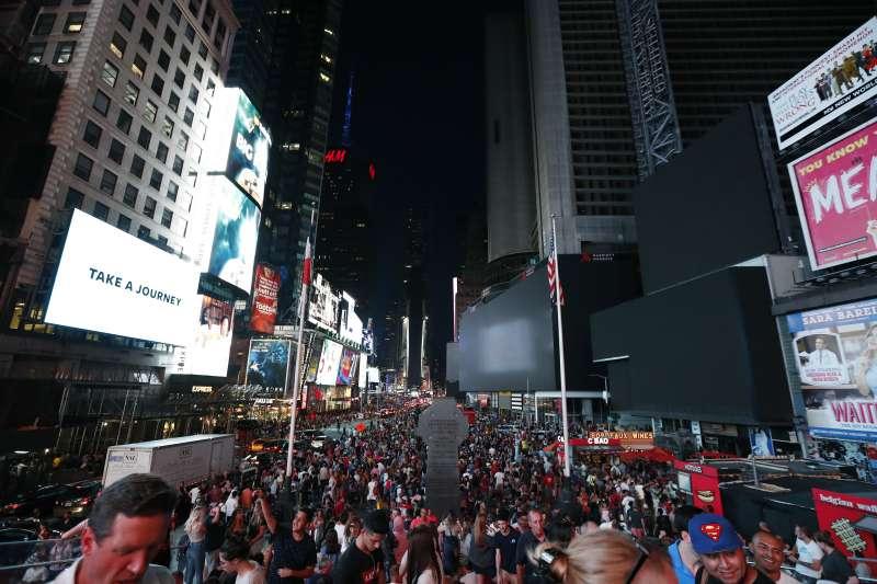 紐約市大停電,時報廣場黑壓壓(AP)