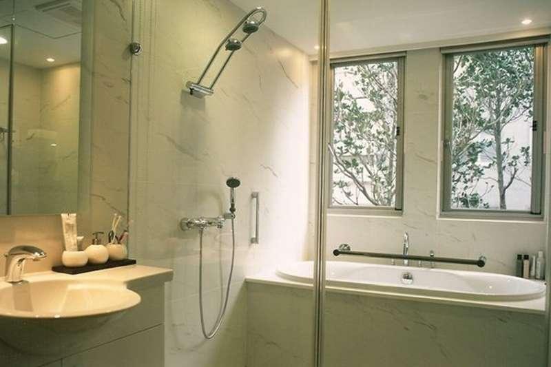 台灣浴廁設計,都是等建案蓋好後,室內設計師再針對各家廁所空間做設計,做好防水、貼磚,再把衛浴設備放上去。(圖/好房網提供)