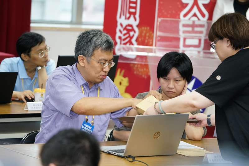 20190715-國民黨總統初選民調資料拆封作業,民調公司配合存取資料。(盧逸峰攝)