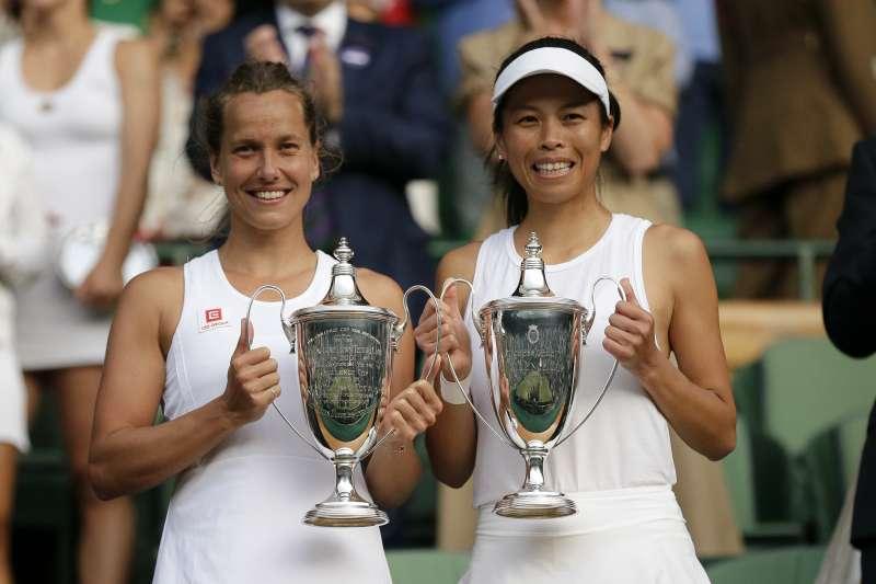 謝淑薇與捷克搭檔史翠可娃拿下溫網女雙冠軍。(美聯社)