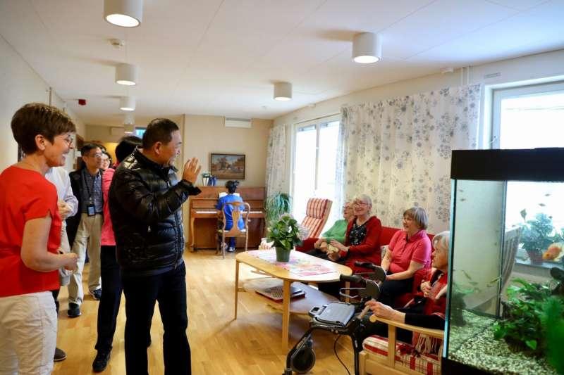 新北市長侯友宜赴北歐考察市政建設到達瑞典,參訪斯德哥爾摩的Löjtnantsgården老人照護中心,觀摩先進社福國家的長照制度,親切與長者問安互動。  (圖/新北市新聞局提供)