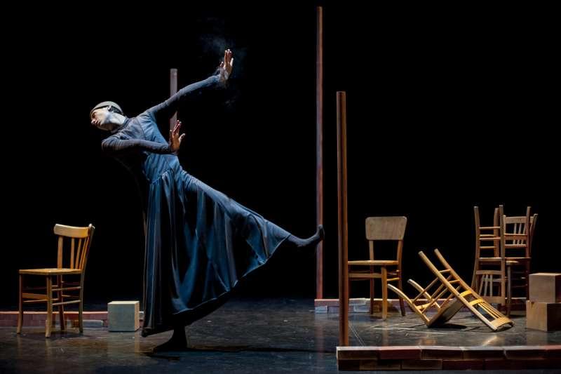 「白色幻影」以充滿實驗色彩的舞蹈連結虛幻和現實的距離,回應生命與記憶的課題。(圖/臺北表演藝術中心提供)
