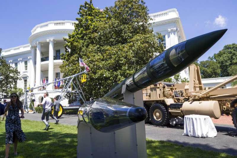 川普在白宮南草坪舉行「美國製造日」活動,圖為洛克希德馬丁公司生產的薩德反飛彈系統。(美聯社)