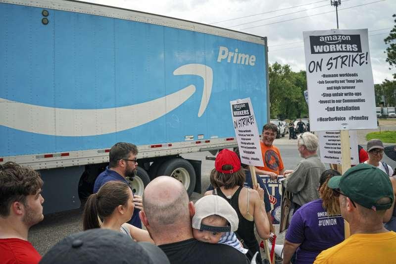 亞馬遜「會員日」促銷,全美各地員工罷工抗議,並停止支持反移民政策。(AP)