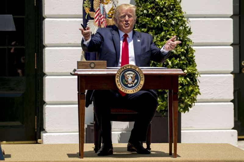 美國總統川普14日針對民主黨女議員的相關推文惹風波,他15日再度表示「如果妳們不高興,那可以離開」(美聯社)