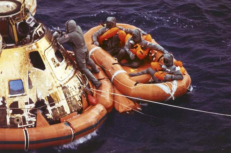 1969年7月24日,阿波羅11號登月任務3位太空人重返地球(AP)