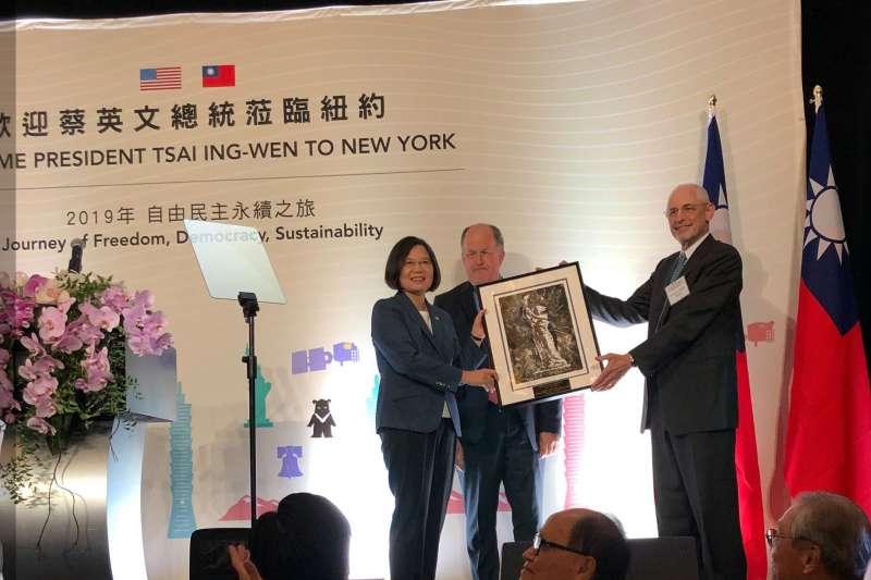 國際人權組織「自由之家」主席阿布拉莫維茨贈送「民主女神」畫作給總統蔡英文(翻攝臉書)