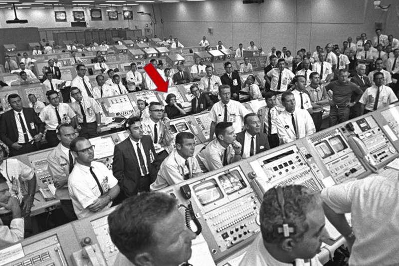 阿波羅11號登月任務幕後功臣,NASA科學家摩根(JoAnn Morgan,紅色箭頭)(Wikipedia / Public Domain)