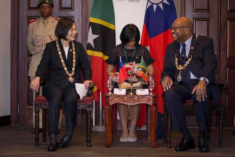 總統蔡英文(左)出訪聖克里斯多福及尼維斯,克國總督席頓(右)(Tapley Seaton)致贈象徵最高榮譽的「聖克里斯多福及尼維斯勳章」。(取自蔡英文臉書)