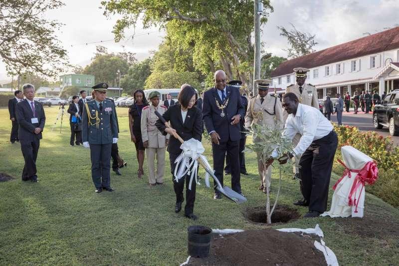 總統蔡英文出訪聖克里斯多福及尼維斯(克國),並出席克國總督府歡迎儀式暨植樹儀式。(取自蔡英文臉書)