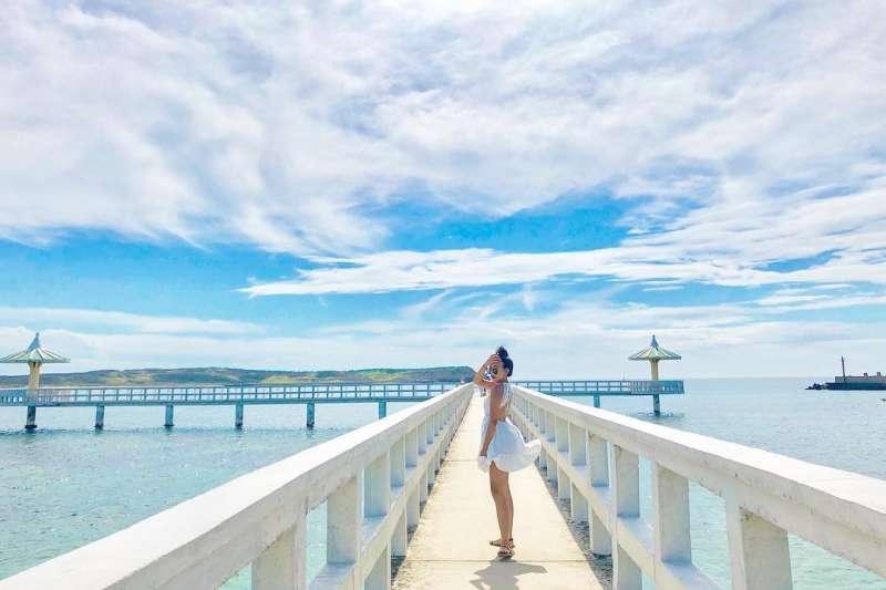 澎湖近來新添不少拍照景點,竹灣村關帝廟附近的「小池角雙曲橋」便是其中之一(圖/Instagram@ nianyun_0705,台灣旅行小幫手提供)
