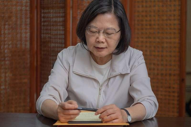 出訪中的總統蔡英文,已與行政院長蘇貞昌針對丹娜絲颱風通過電話。(翻攝自蔡英文臉書)