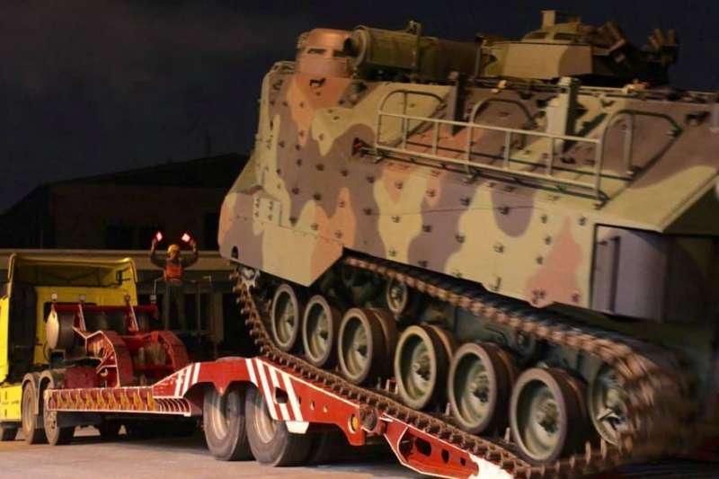 20190717-海軍陸戰隊因應丹娜絲颱風來襲,預置AAV7兩棲突擊車。(取自海軍陸戰隊官方臉書)