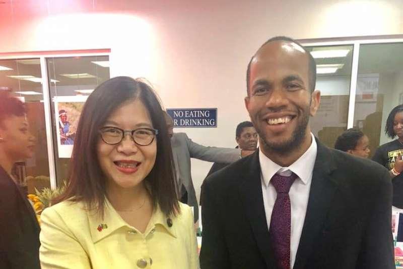 總統蔡英文於台灣時間17日抵達聖文森國進行會演講,民進黨立委管碧玲(左)等人一同與會,並向曾為台灣在國際發聲的聖文森衛生部長布朗(右)表達感謝。(取自管碧玲臉書)