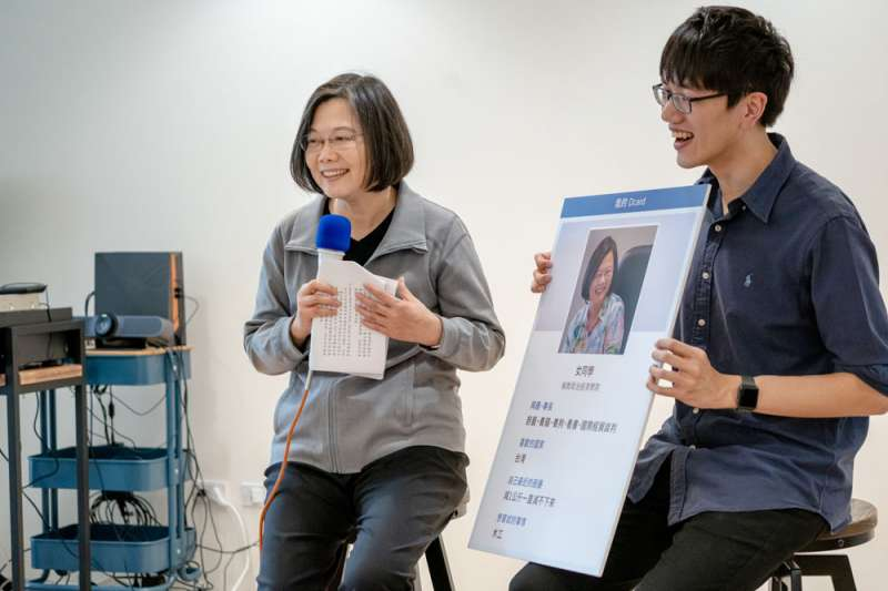 從申請帳號到po文,蔡英文(左)在Dcard成功完成一波操作。(總統府提供)