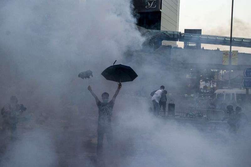這一代香港人難以忘記的「佔中「催淚彈畫面。