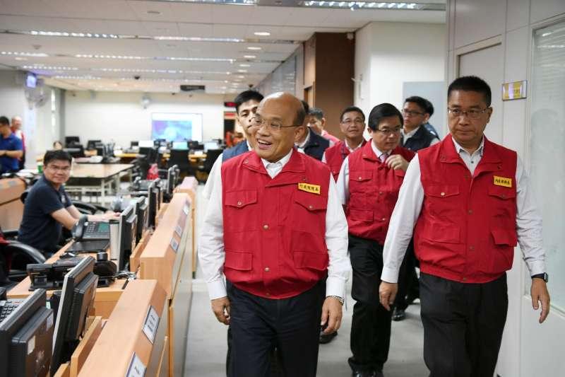 行政院長蘇貞昌(前左)17日視察「丹娜絲」颱風中央災害應變中心。(取自行政院網站)
