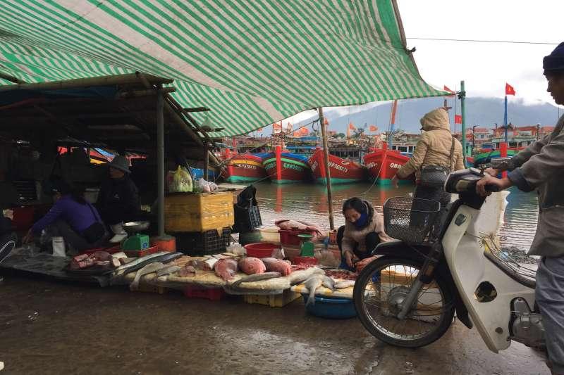 20190717-羿雯專題-台塑越南河靜煉鋼廠(越鋼)污染案,河靜省奇英縣港口附近的魚市。(彭保羅提供)