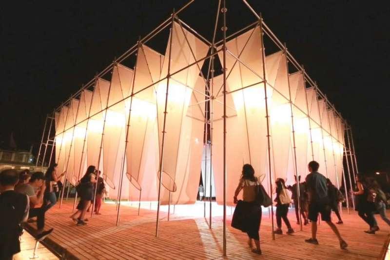 藝術很有事 第7集〈X-SITE建築實驗場〉,2017年的首獎作品為「供霧所」,由七個年輕的建築設計師,以雲端合作的方式完成設計(圖/公視)