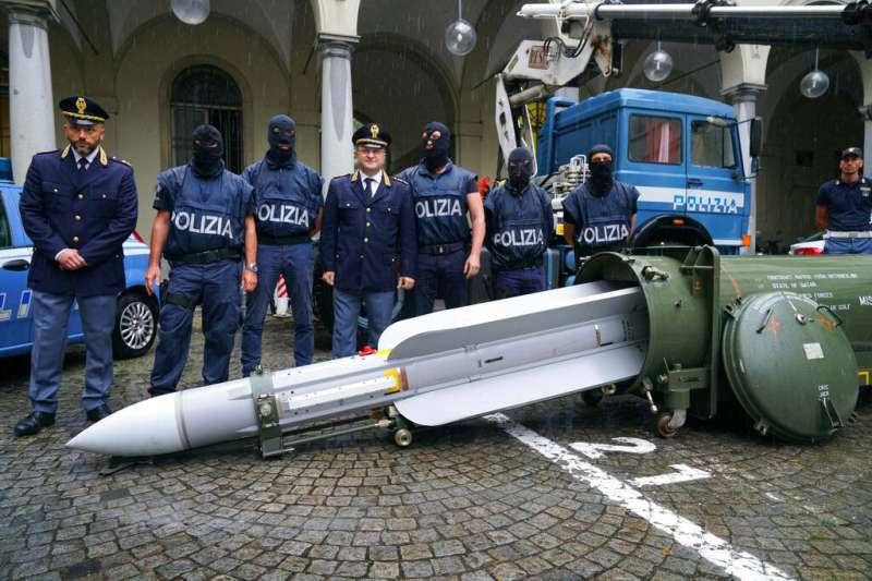 義大利警方在突襲極右派極端組織時,竟然查獲一枚法國製的空對空飛彈。(美聯社)