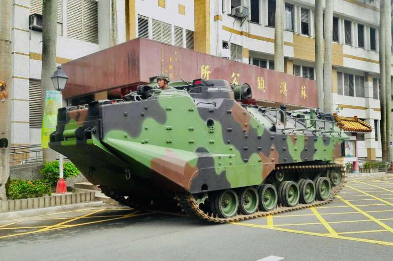 因應丹娜絲颱風來襲,海軍陸戰隊AAV7兩棲突擊車預置。(海軍提供)