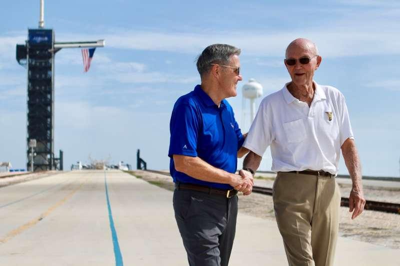 2019年7月16日,阿波羅11號(Apollo 11)登月任務太空人柯林斯(Michael Collins,右)重返甘迺迪太空中心(AP)